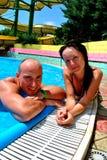 Paare im Pool Stockbilder