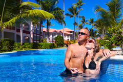 Paare im Pool Stockfotografie