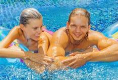 Paare im Pool Stockbild