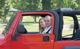 Paare im roten Jeep Stockfoto