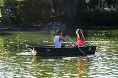 Paare im Ruderboot Stockfoto