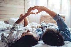 Paare im Schlafzimmer stockbild