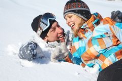 Paare im Schnee lizenzfreies stockbild