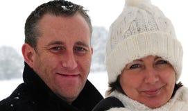 Paare im Schnee lizenzfreies stockfoto