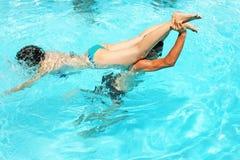 Paare im Swimmingpool Lizenzfreie Stockfotos