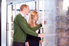 Paare im Tiefkühlkost-Kapitel stockfotos