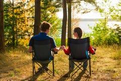 Paare im Urlaub beim Kampieren lizenzfreies stockbild
