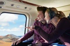 Paare im Urlaub, die Fahrt im Hubschrauber nehmen stockfotos