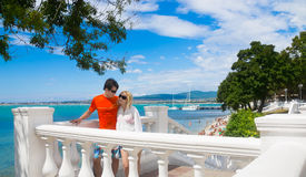 Paare im Urlaub im Erholungsort durch das Meer Stockfotos
