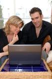 Paare im Wohnzimmer Lizenzfreies Stockbild