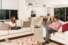Paare im Wohnzimmer Stockfotos