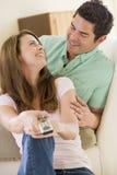 Paare im Wohnzimmer mit Fernsteuerungs Stockbild