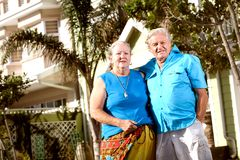 Paare infront des Hauses Lizenzfreie Stockfotografie