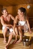 Paare innen in der Sauna Lizenzfreies Stockfoto