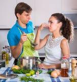 Paare am Küchenabneigungs-Lebensmittelgeruch Stockfoto