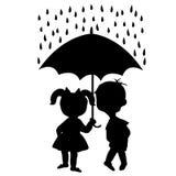 Paare Kinder, die unter einem Regenschirm bleiben Stockfoto