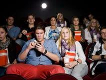 Paare am Kino Stockbild