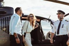 Paare landen von einem privaten Hubschrauber stockfotografie