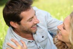 Paare legten auf Gras Lizenzfreies Stockbild