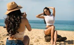 Paare Lesbe oder enge Freunde sind machen Fotos für das Teilen in der Online-Community Lizenzfreies Stockfoto