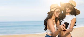 Paare lesbianare selfie oder machen Fotos für das Teilen in der Online-Community Stockbild