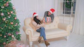 Paare in Liebesweihnachtsfeiertage in der Wohnung lizenzfreie stockfotografie