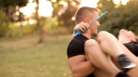 Paare Liebhaber, die draußen Blasen durchbrennen stock video footage