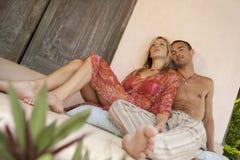 Paare Lounging im Patio Stockfoto