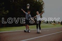 Paare Love Story Junge Leute halten Arme auseinander stockfotografie