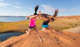 Paare Mädchen, die für Freude springen Lizenzfreie Stockfotos