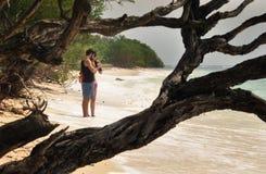 Paare machen Fotos auf einem Strand stockfoto