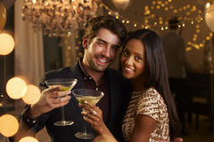 Paare machen Toast an der Kamera, während sie an der Partei feiern Lizenzfreies Stockbild