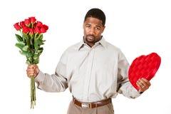 Paare: Mann, der mit Geschenken sich entschuldigt Stockfotografie