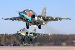 Paare Militärflugzeuge Sukhoi SU-25 der russischen Luftwaffe vorbereitend für Victory Day führen am Kubinka-Luftwaffenstützpunkt  Stockfotografie