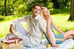 Paare mit Äpfeln am Picknick Stockfoto