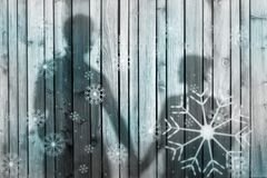 Paare mit abstraktem Schneeflockenhintergrund lizenzfreie stockfotografie
