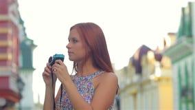 Paare mit alter Retro- Kamera in der Stadt stock video footage