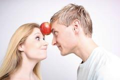 Paare mit Apfel Stockbilder
