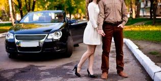 Paare mit Auto Stockbilder