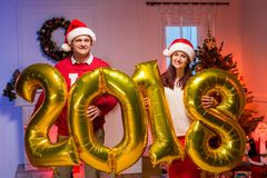 Paare mit Ballonen des neuen Jahres Lizenzfreies Stockbild