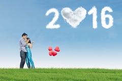 Paare mit Ballonen und Nr. 2016 am Feld Stockbilder