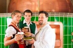 Paare mit Bier und ihrem Brauer in der Brauerei Stockfotografie