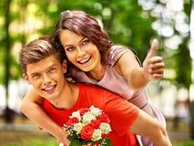 Paare mit Blume am Park Stockfoto
