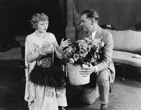 Paare mit Blumenstrauß von Rosen (alle dargestellten Personen sind nicht längeres lebendes und kein Zustand existiert Lieferanten Stockfotografie