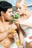 Paare mit Champagner stockfotos