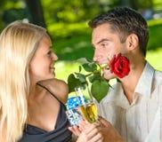 Paare mit Champagner lizenzfreie stockfotografie