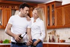 Paare mit Champagner auf Küche Lizenzfreie Stockfotografie