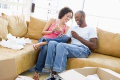 Paare mit Champagner durch Kästen im neuen Haus Stockfotografie