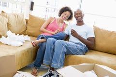 Paare mit Champagner durch Kästen im neuen Haus Lizenzfreies Stockbild