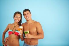 Paare mit Cocktails Stockbild